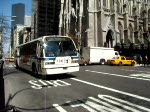 Ein Motor Coach Industries (MCI) an der St. Patrick's Cathedral in New York City.